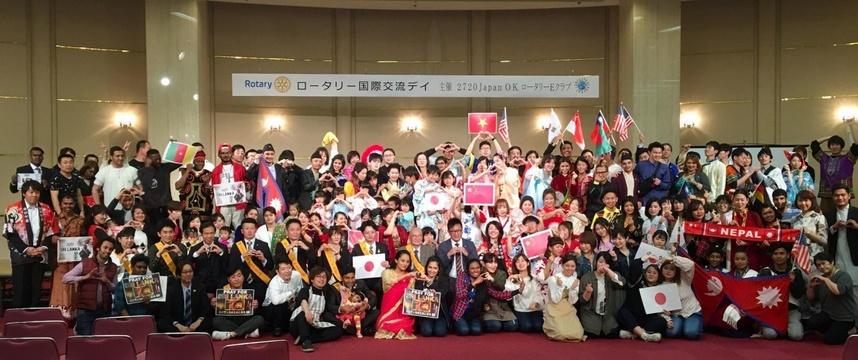 (10)最後は、皆で「世界平和」を祈り、会場が輪になって手をつなぎ、記念撮影パチリ。