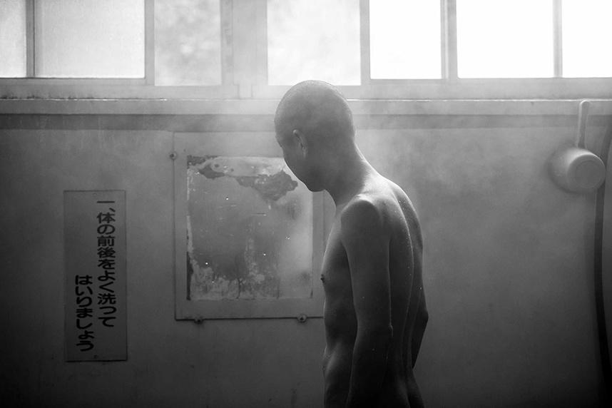 九日天温泉に入る実行委員の花田君。(別府温泉ルートハチハチで撮影)PHOTO BY SINPU TOKYO