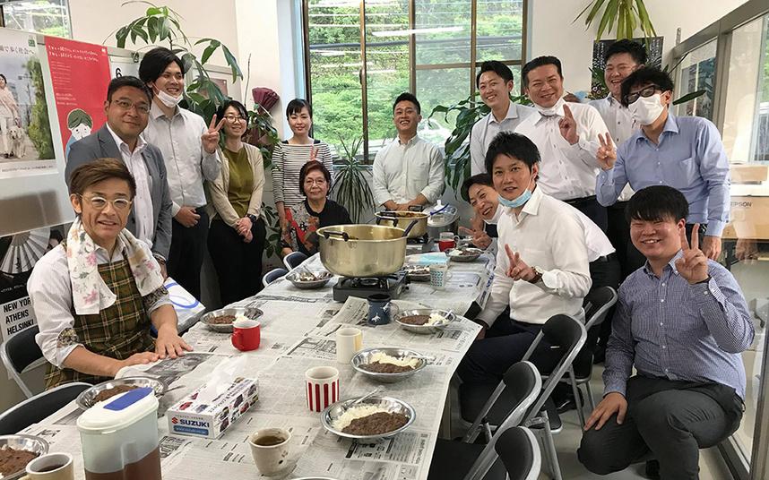 創業10年目くらいから月1で営業会議の日はカレーの炊き出しをしています