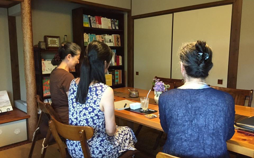 行政書士になる前湯布院で定期開催していた『相続相談会』の様子。左と右は相談者さん母娘、真ん中が私です。この頃たくさん相談を受けた経験が今に活きているはず・・・
